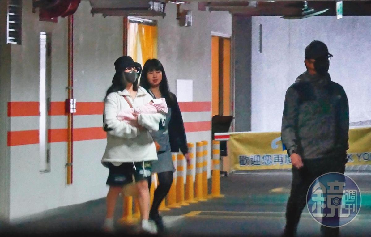 12月21日11:23,男子忙進忙出搬運行李,女子則是手抱「嬰兒」,上了一輛黑車離去,看似正在打包「退院」。