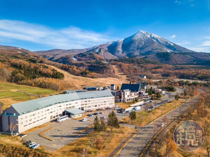一字型的「星野磐梯山溫泉飯店」,立於日本百大名山磐梯山山麓,一旁即是ALTS滑雪場。