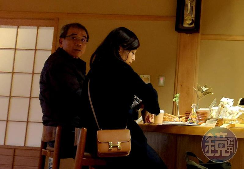 仁寶電腦副董事長陳瑞聰驚傳帶陳姓女按摩師到日本泡湯。圖為兩人坐在櫃台退房。