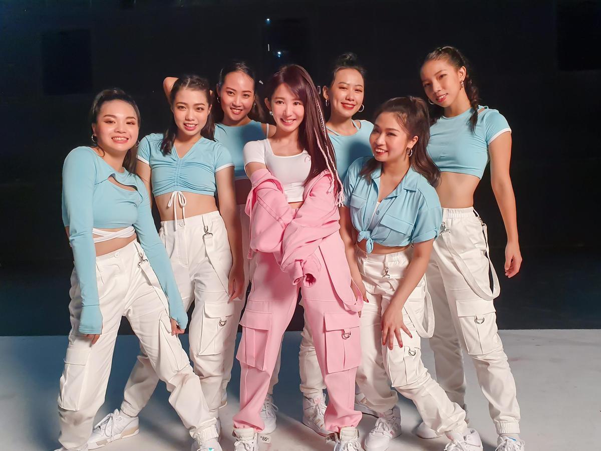 拍〈合拍〉MV當天,瑤瑤跳到全身飆汗。(何樂音樂提供)