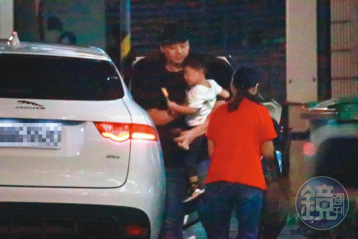 10月底,郭柏均曾開著從雪碧家出入的進口休旅車去接小孩出遊。