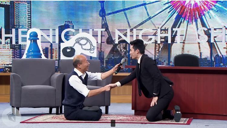 韓國瑜上《博恩夜夜秀》邀請主持人「比賽盤腿」,坐起來然後盤著腿走路。(取自STR Network YouTube頻道)