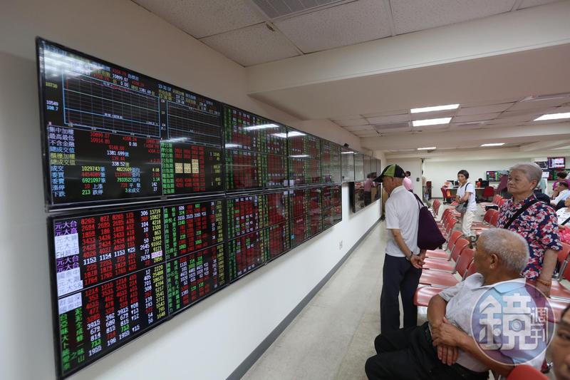 台股頻創新高,許多投資人不敢買,存股高手卻逢跌就加碼,穩領百萬股息。