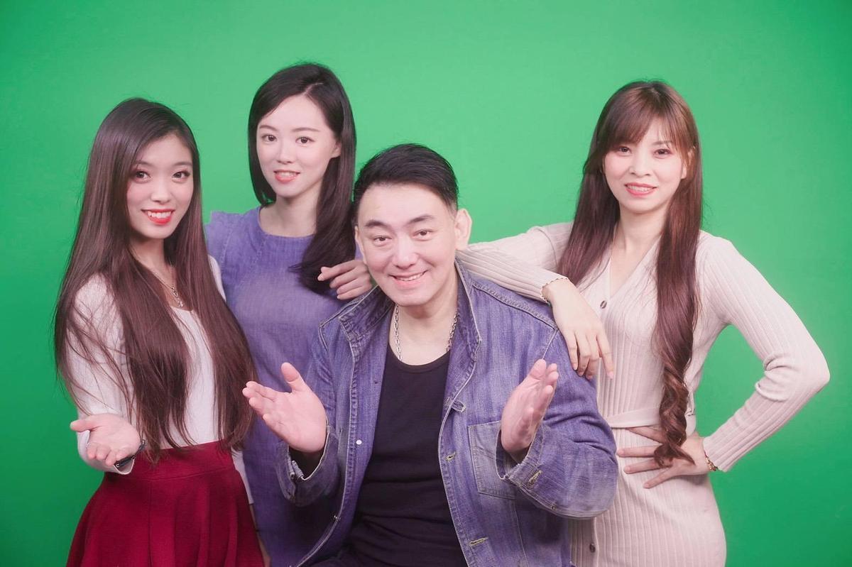 徐亨加盟新東家後與三位小師妹合作主持網路節目《真心話太冒險》。(大稻埕娛樂提供)