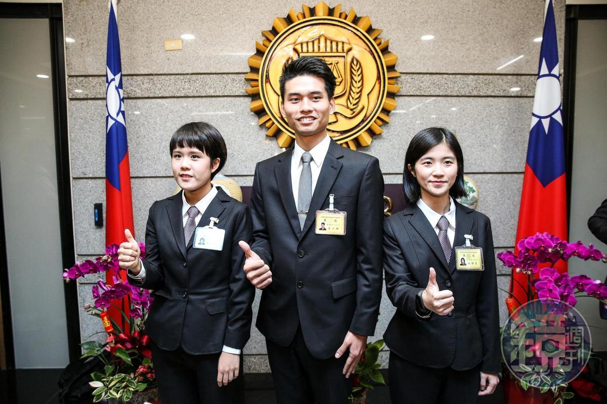 56期調查班第1名結業的陳郁雯(左),是輔大新聞系畢業;第2名的呂少驊(中)是台大土木工程研究所畢業;第3名的廖恒藝(右)則是東吳法律學系畢業,律師高考及格。