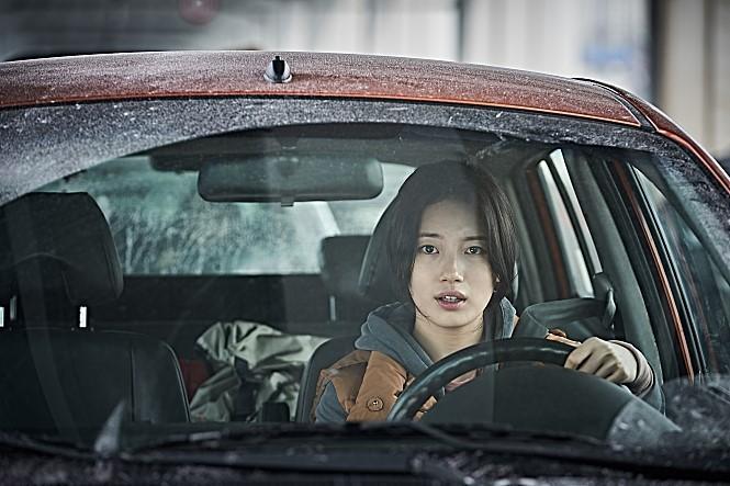 秀智在新片《白頭山:半島浩劫》化身「最強孕婦」獨自逃難。(翻攝自Naver)