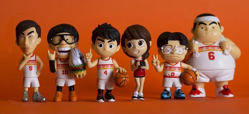 漫畫《宅男打籃球》將推出Q版公仔,12月28日起將透過集資平台進行預購;圖為主場球衣版,搭配的女角是星凌。(洪元建提供)
