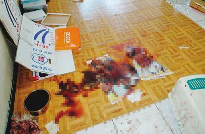 凶案現場地上、牆上滿是鮮血,令人怵目驚心。(翻攝畫面)