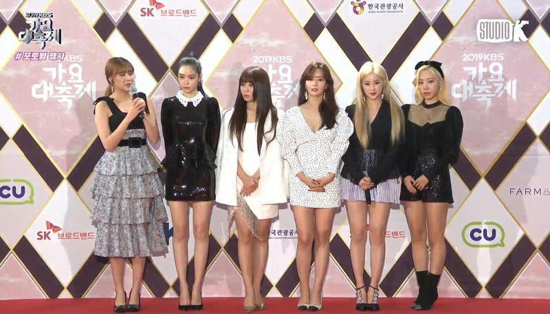 Apink在《KBS歌謠大祝祭》紅毯沒有被安排拍照,粉絲只能用直播截圖。(網路圖片)
