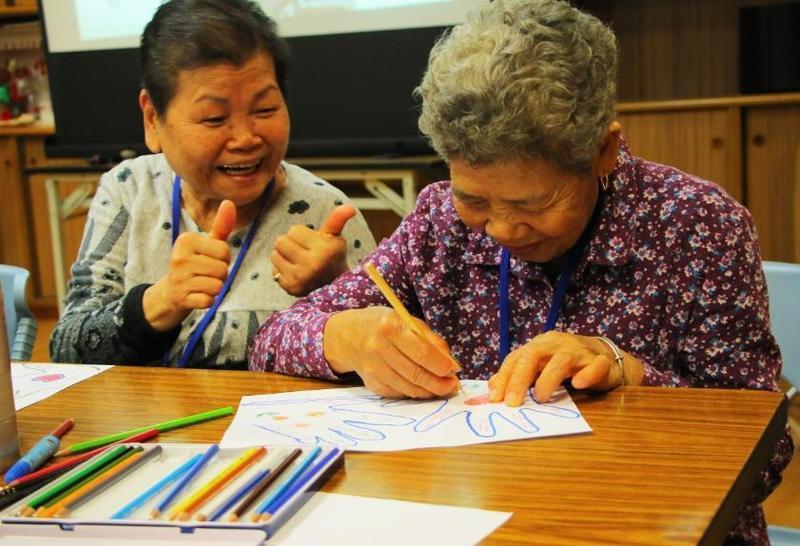 陳碧蓮阿嬤在慈濟的樂齡學堂開始習字也練習作畫。(慈濟基金會提供)