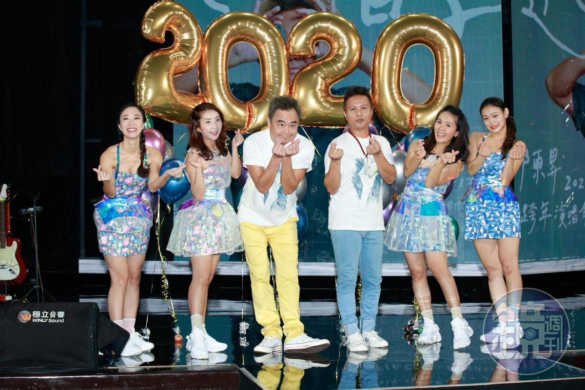 誰說陳昇是老人,人家也會手指愛心!
