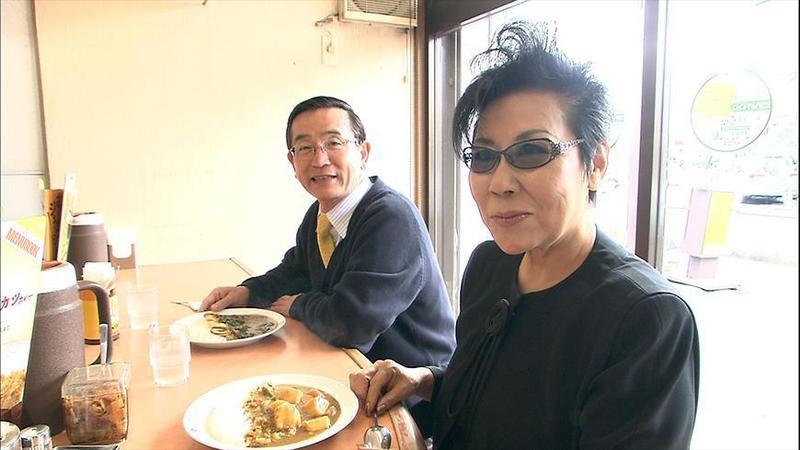 「CoCo壹番屋」創始者宗次德二(左)退休後投身公益,生活簡樸。(翻攝自東京電視台)