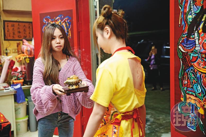 桌頭晴晴(左)與乩童陳韻捷(右)都是年輕正妹,完全顛覆傳統印象。