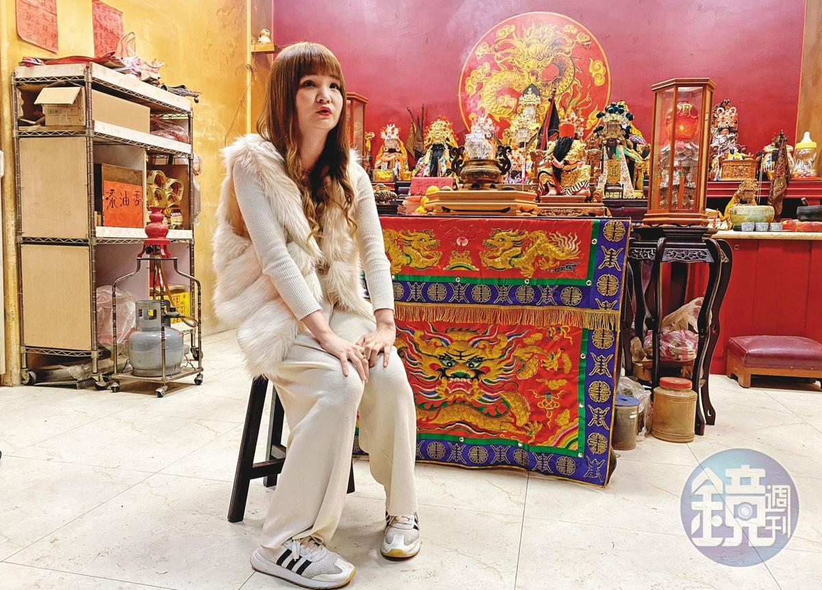 換下辦事服裝後,陳韻捷就像一般年輕女生,完全看不出是個乩童。