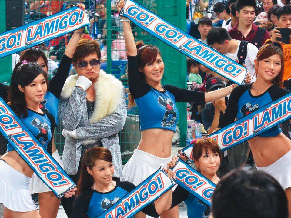 阿誠(左2)的男性啦啦隊形象受到廠商青睞,去年接到生技口腔清潔品牌的代言工作,讓不少啦啦隊女孩望塵莫及。