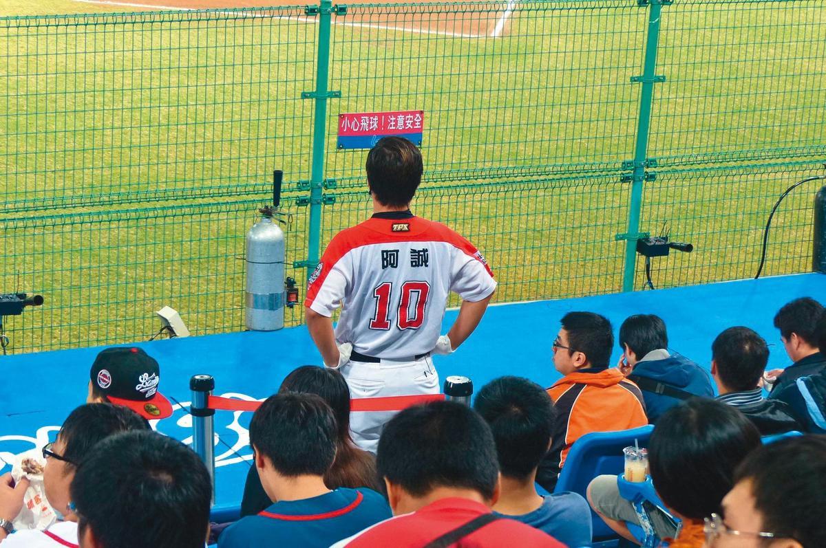 阿誠經常穿著球衣在球場大跳啦啦隊舞,之前還因跳得太賣力,瘦了14公斤。(翻攝自阿誠臉書)