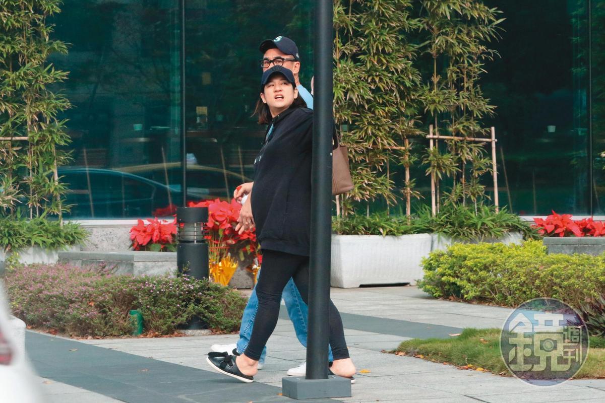 12月20日14:09,吳大維老婆和他交往多年,前年5月登記成為夫妻。
