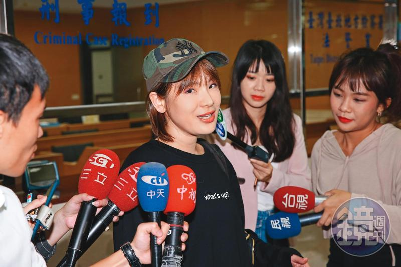 網路名嘴陳沂又出聲評論陳綺貞的小三事件,認為大家都相信陳綺貞被騙是雙重標準。