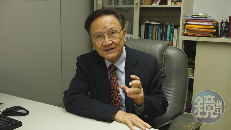 政大金融系教授殷乃平警告投資人,中國債券危機恐讓台灣金融業受創嚴重。