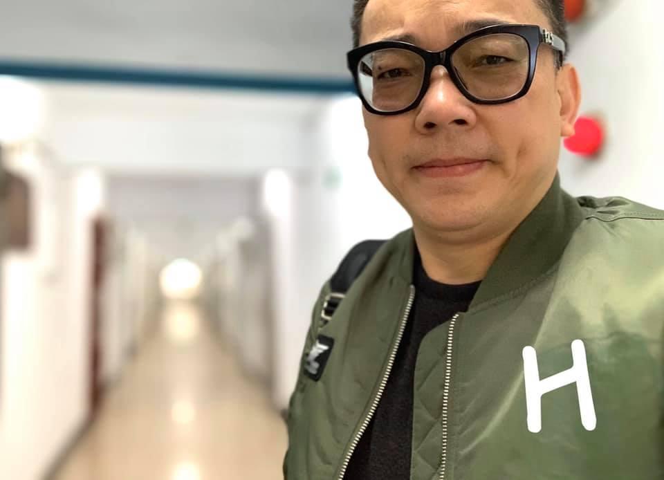詹惟中雖然多次po文表態挺韓,不過有眼尖的網友發現,詹臉書總是po出綠色飛行夾克裝,再後製變成「鋼鐵H夾克」。(翻攝自詹惟中臉書粉專)