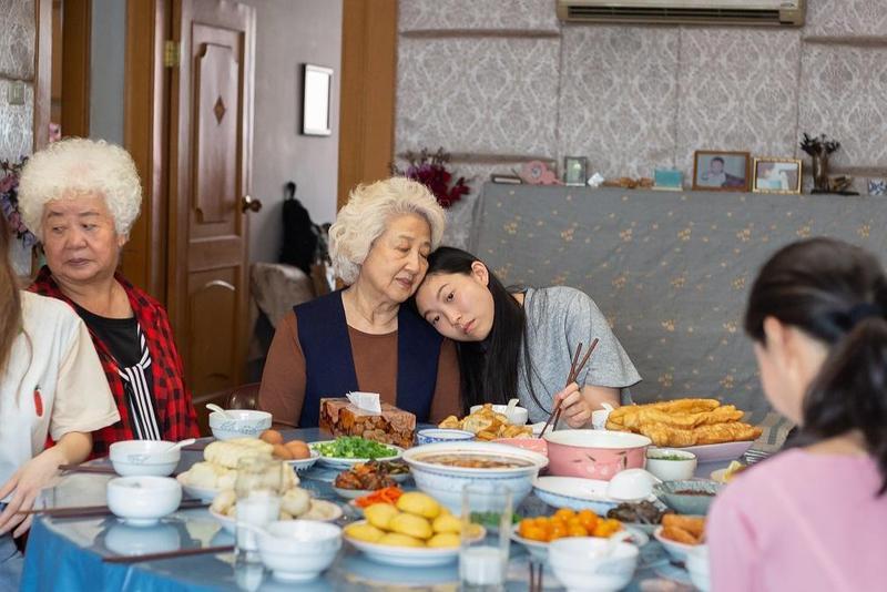 《別告訴她》改編自華裔導演王子逸的親身經歷,家人隱瞞奶奶得了絕症,令奧卡菲娜飾演的女主角非常不能理解。(車庫提供)