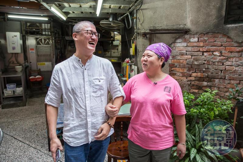 穆沛渝(右)與先生周泰龍(左)認為姻緣皆是佛安排,特別珍惜這段緣分。
