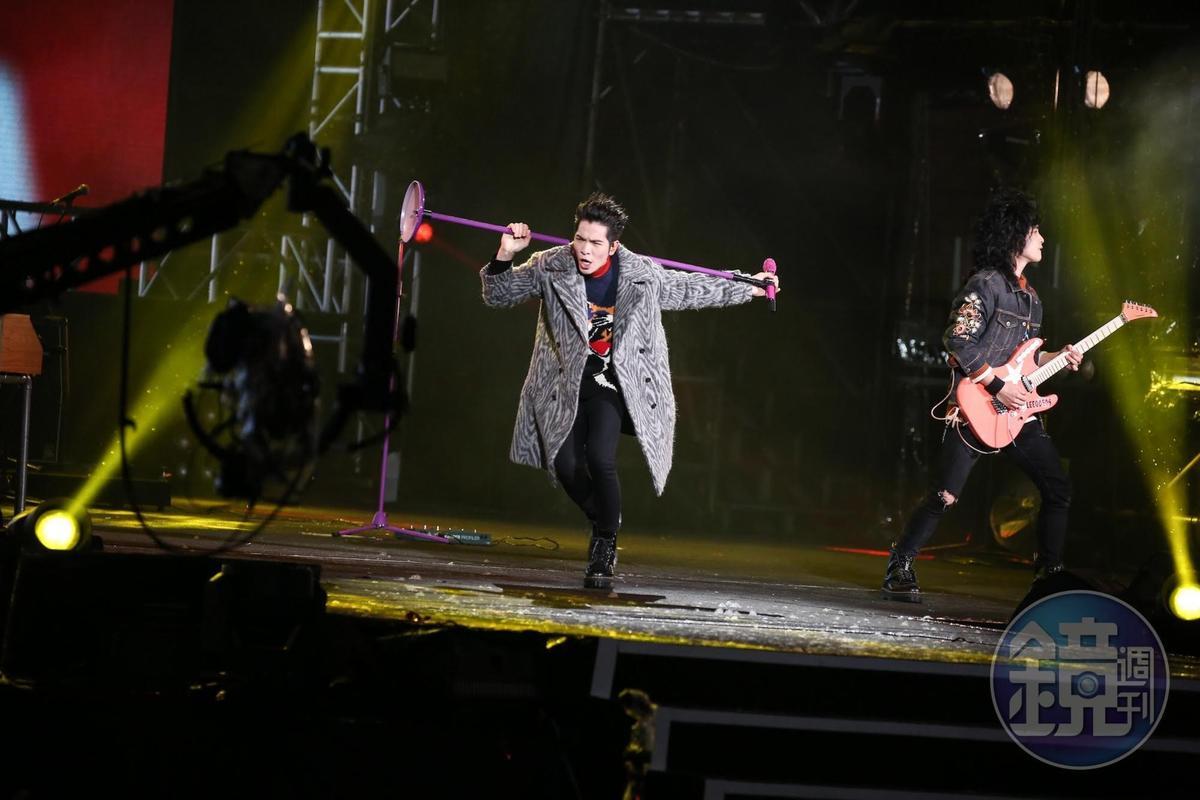 蕭敬騰唱到嗨,拿起麥克風架瘋狂轉圈。