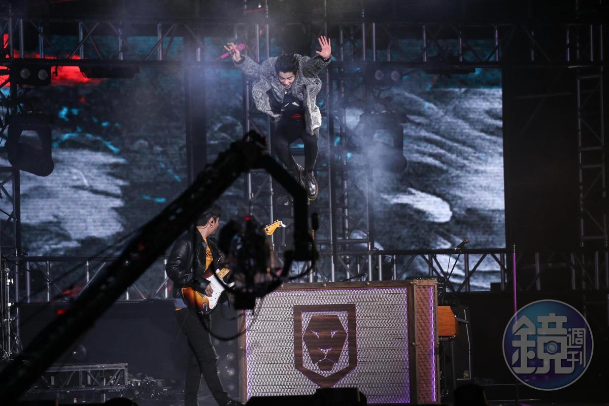 蕭敬騰跳鋼琴結束表演。