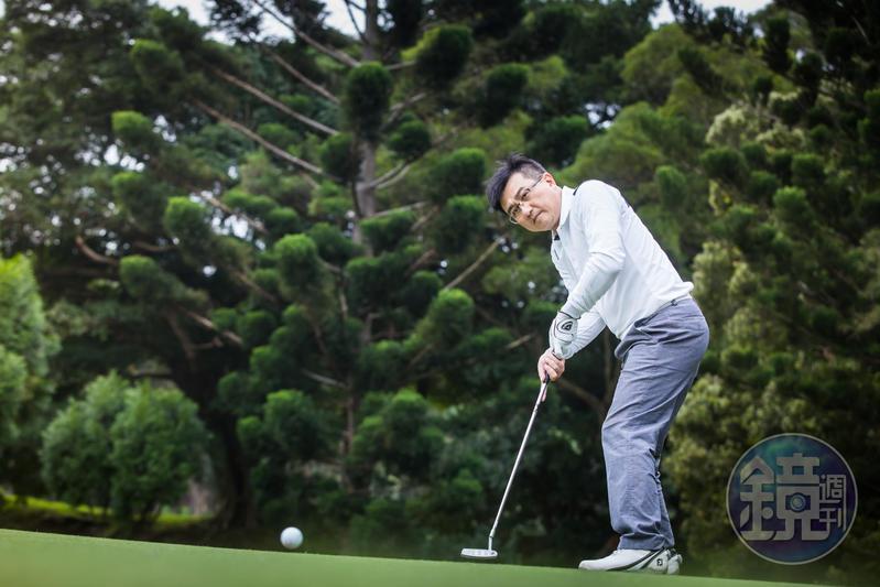 股市老手楊雲翔說,打高爾夫和投資一樣,前者的目標是降低桿數,後者則是降低風險。