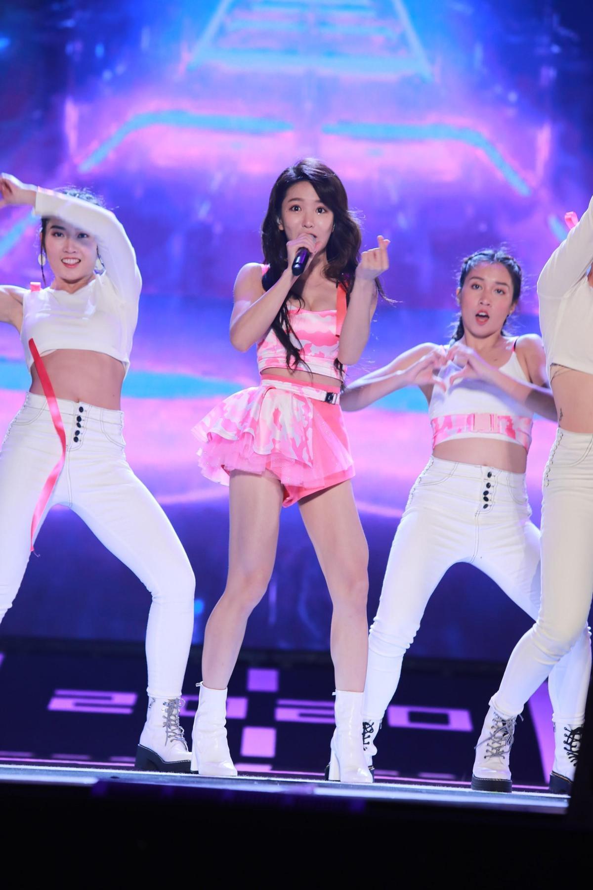 郭書瑤誠意滿滿的粉色系低胸上衣搭配超短褲裙熱舞。(民視提供)