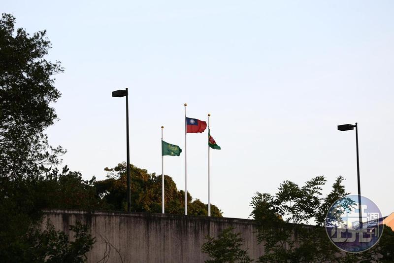 國軍發生有史以來最高階將官罹難的直昇機墜毀事故,總統蔡英文第一時間即決定降半旗3天。