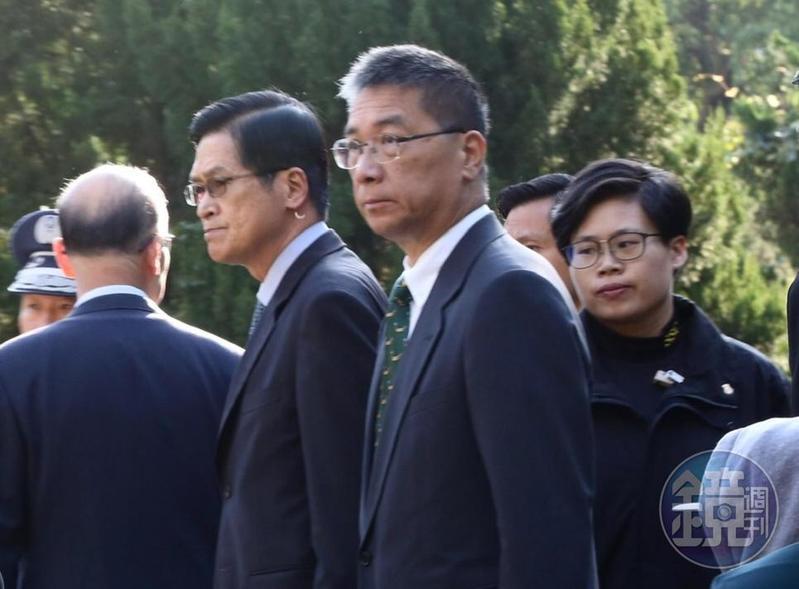 黑鷹直升機墜毀造成8名軍官不幸罹難,內政部長徐國勇也在一早就前往靈堂上香。