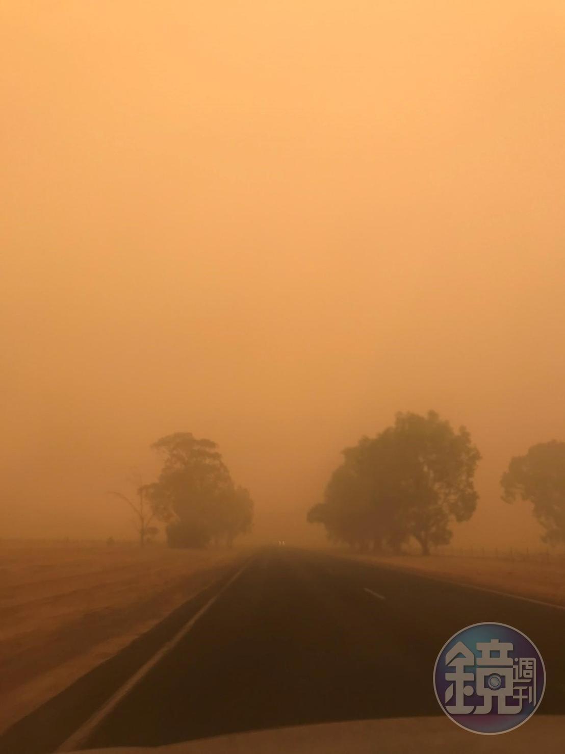 整個澳洲天空已經變成橘色一片,空氣污染嚴重。(讀者提供)
