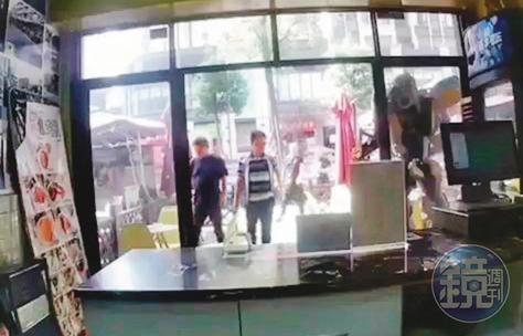 富士康鄭姓處長(右)找來多名當地人,到陳姓台商的雞排總店叫囂。(投訴人提供)