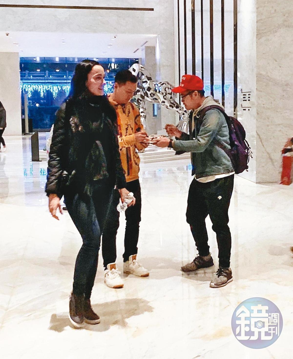 粉絲看到吳彥祖(中)立刻上前索取簽名,他相當親民和粉絲閒聊。