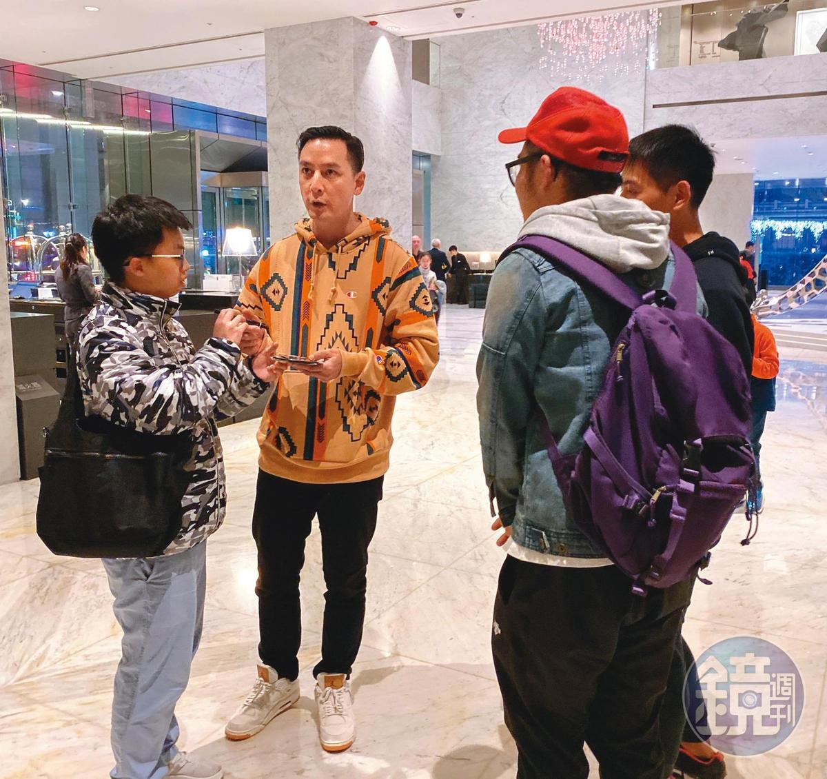 好幾名粉絲在酒店大廳和吳彥祖(左二)交談許久。