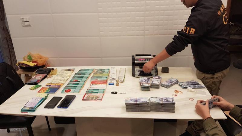 警方查扣現金新台幣852萬、人民幣8萬、越南盾3727萬、U盾、存摺、提款卡、點鈔機等證物。(翻攝畫面)