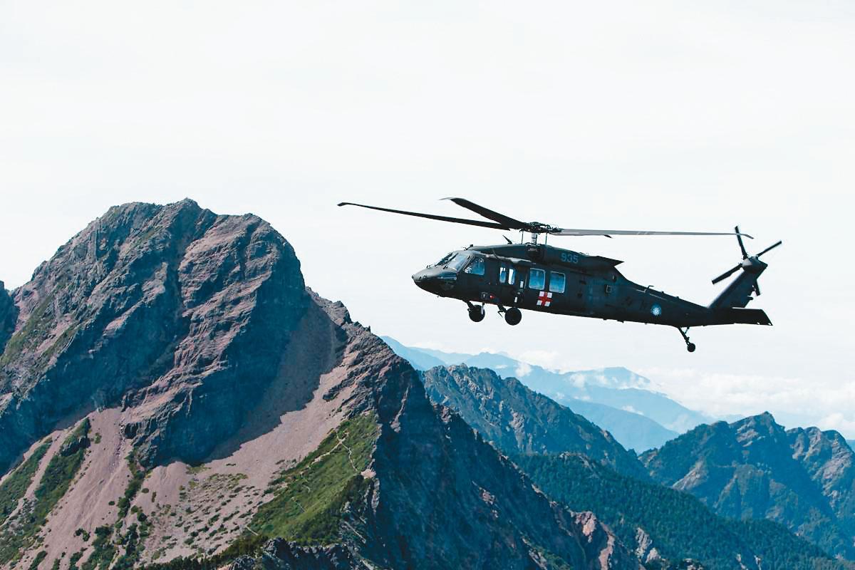 黑鷹直升機每台造價六億元,有「直升機界勞斯萊斯」之稱。(軍聞社)