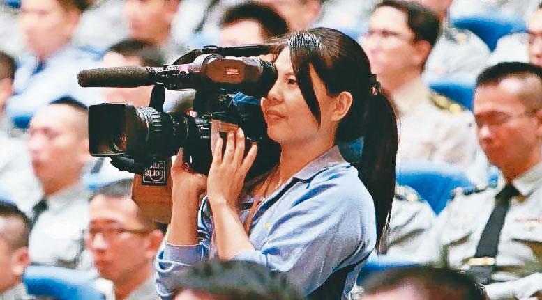 生還者之一的記者陳映竹,是軍聞社第1位女新文官。