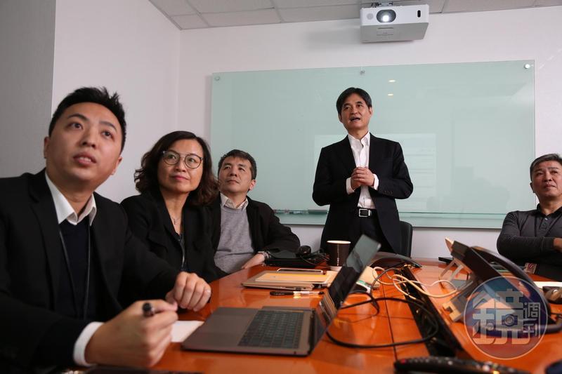 在鄭文宗(右2)的打拼下,文曄的市場占有率從12%倍增到26%,靠購併成長的大聯大占有率卻從55%降到41%。