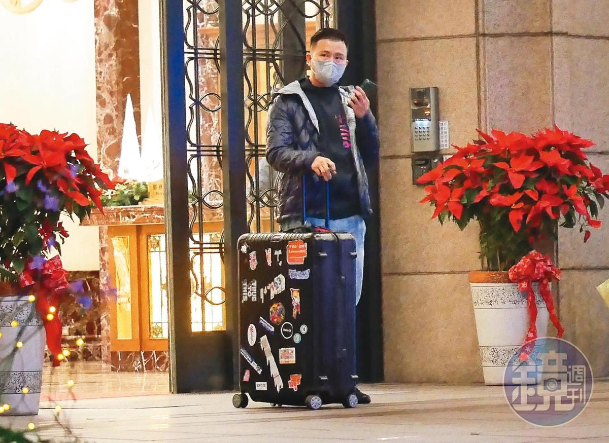 12月31日18:48,張劭緯拖著行李離開原來的家,在大樓門口等計程車。
