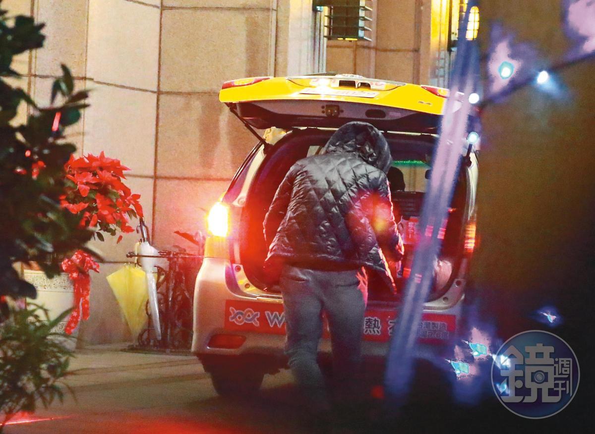 18:52,幾分鐘後車子到了,張劭緯頭也不回把行李塞進後車廂,準備上計程車。