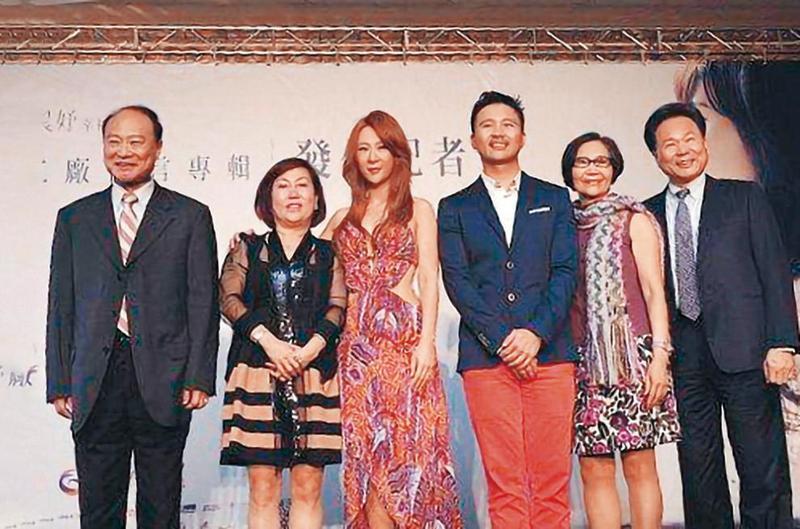 2014年,安晨妤(左3)發片,不僅老公張劭緯(右3)站台、安家、張家二老也現身力挺。(大京娛樂提供)