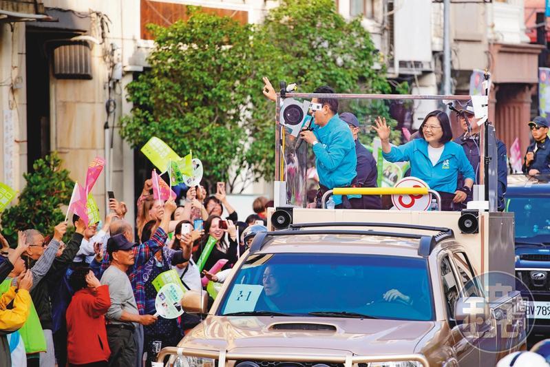 6日起蔡英文啟動全台車隊掃街,由屏東掃到台北,全力衝刺催票。