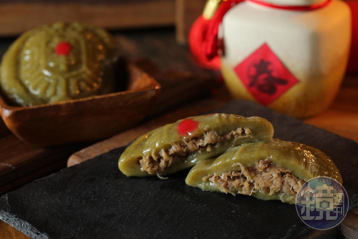 全素的「草仔粿」,外皮軟Q,裡頭包著鹹香的蘿蔔絲乾和增加口感的素肉燥。(30元/個)