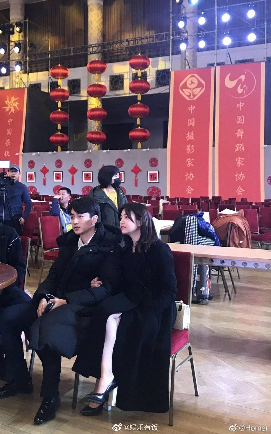 有網友在活動彩排現場巧遇陳妍希與陳曉,陳妍希挽著老公手臂,還露出一截美腿。(翻攝自娛樂有飯微博)