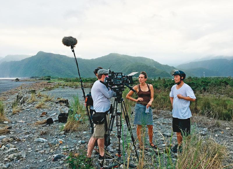 妮可(右二)全程在台灣拍攝《打烊時刻》,但因作業不及,沒有得到官方補助。(妮可富格勒提供)