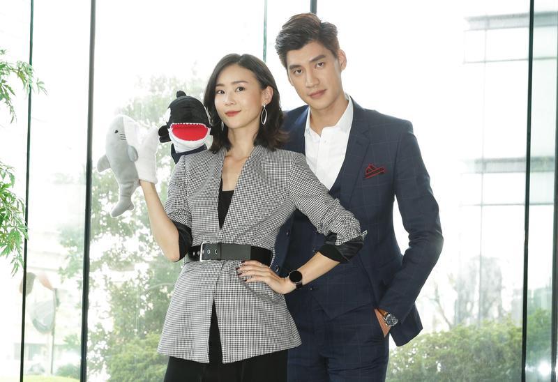 羅宏正(右)在偶像劇《跟鯊魚接吻》中將與鍾瑶(左)有精采對手戲。