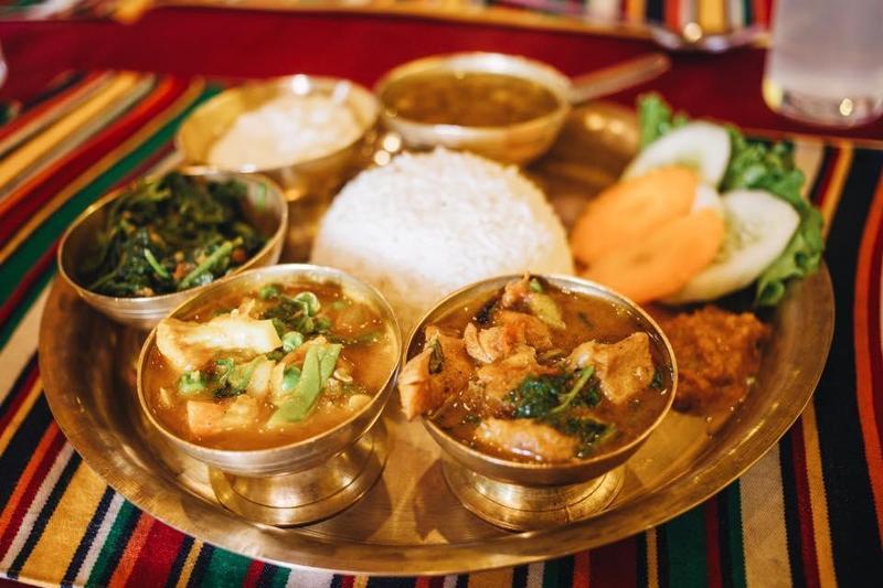 宥勝靠google翻譯打遍天下,經常跟著當地人到市場用餐,吃得在地又便宜。(翻攝自宥勝臉書)