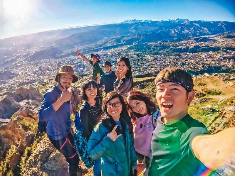 宥勝(右)身兼主持人、導演、製作人,曾帶著素人挑戰用6萬5千元遊南美洲20天。(翻攝宥勝臉書)